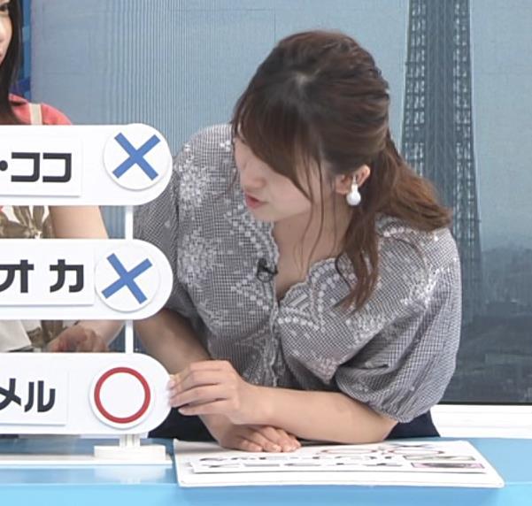 尾崎里紗アナ 胸元が緩い服で前かがみ胸ちらキャプ・エロ画像6
