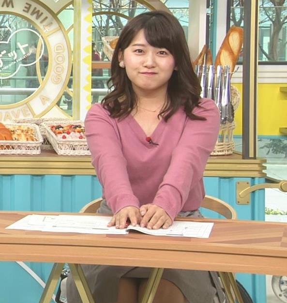 尾崎里紗アナ エッチな胸元とミニスカ▼ゾーンキャプ・エロ画像2