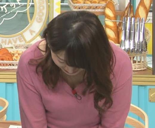 尾崎里紗 エッチな胸元とミニスカのデルタゾーンキャプ画像(エロ・アイコラ画像)