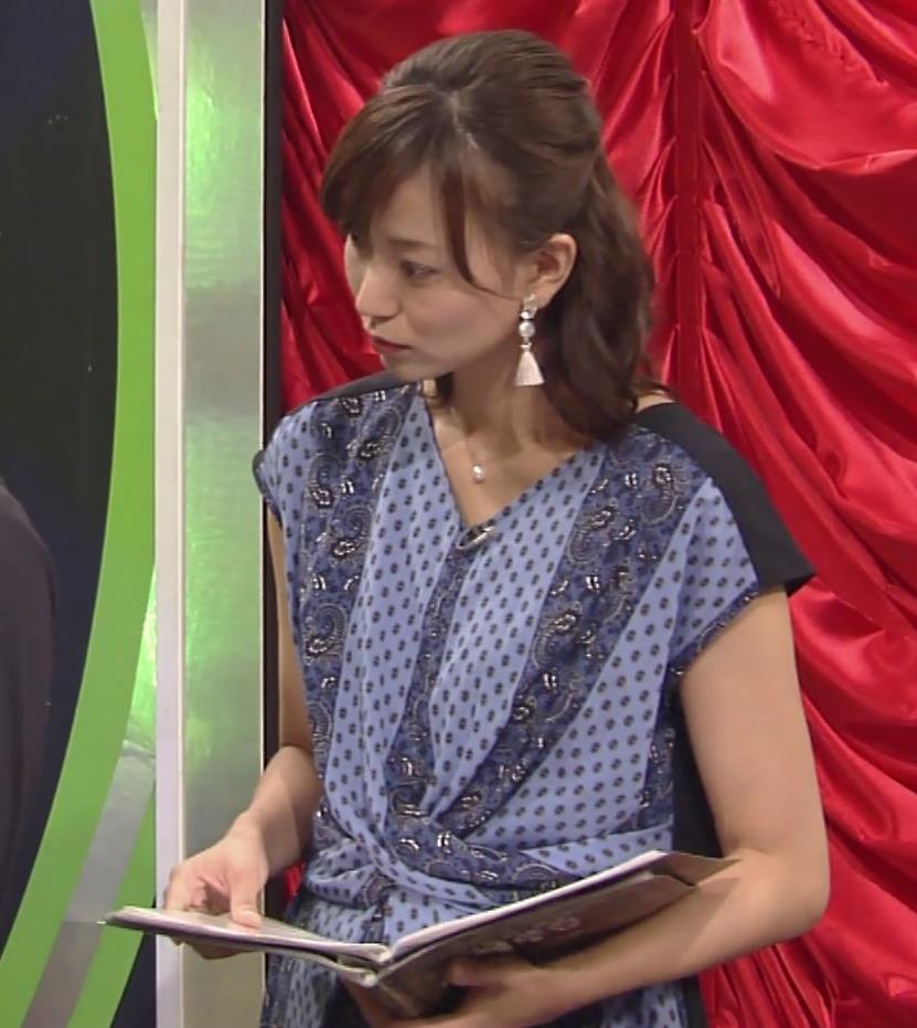 アナ 前かがみ胸元チラ…?キャプ・エロ画像