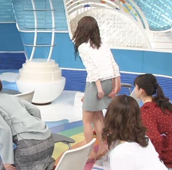 榊原美紅 ミニスカで座って美脚が露出しすぎキャプ・エロ画像3