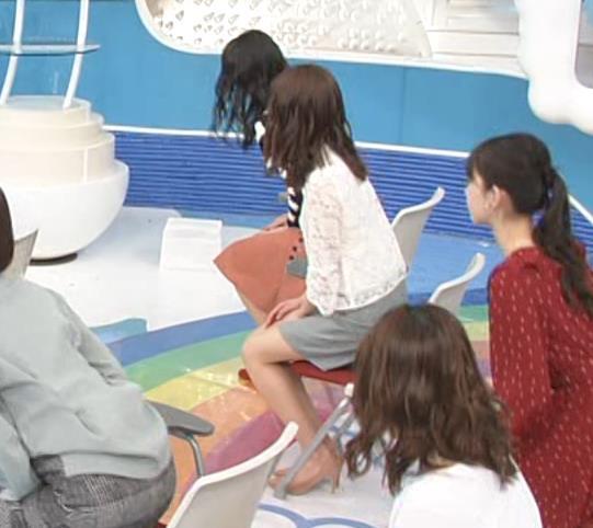 榊原美紅 ミニスカで座って美脚が露出しすぎキャプ・エロ画像4