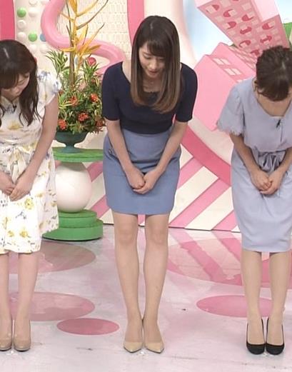 アナ ニットおっぱい&ミニスカ美脚キャプ・エロ画像2