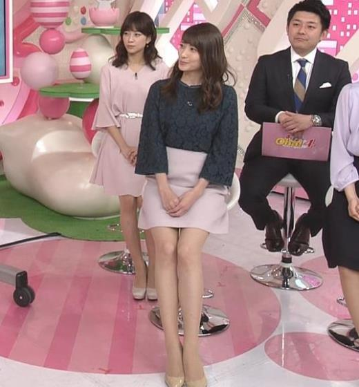 笹崎里菜 ミニスカートで座って美脚露出キャプ画像(エロ・アイコラ画像)