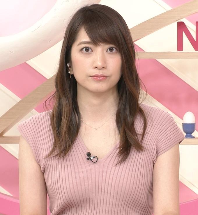 笹崎里菜アナ 胸元緩めのニットワンピースキャプ・エロ画像