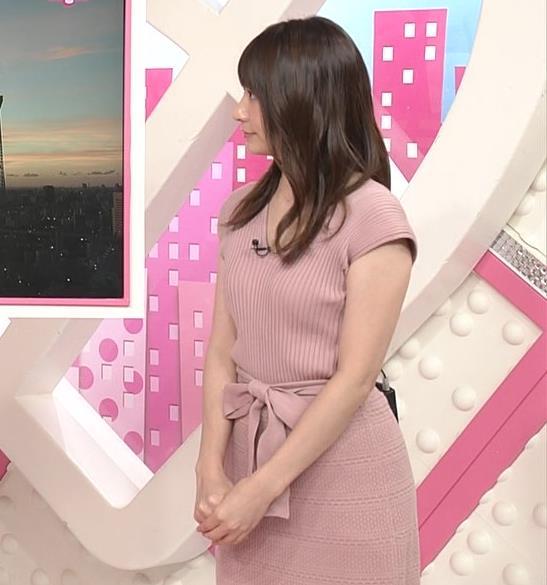 笹崎里菜アナ 胸元緩めのニットワンピースキャプ・エロ画像2