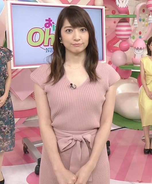 笹崎里菜アナ 胸元緩めのニットワンピースキャプ・エロ画像6