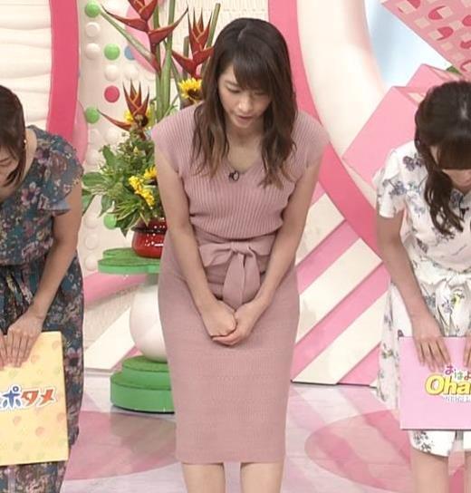 笹崎里菜 胸元緩めのニットワンピースキャプ画像(エロ・アイコラ画像)