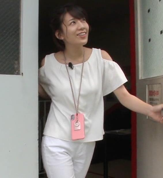 佐藤美希 前かがみでガッツリ胸チラキャプ・エロ画像2