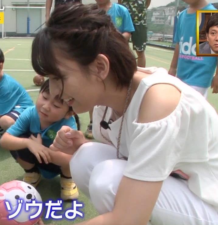 佐藤美希 前かがみでガッツリ胸チラキャプ・エロ画像6