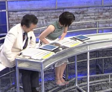 佐藤美希 体のラインが出る柄のノースリーブキャプ・エロ画像9
