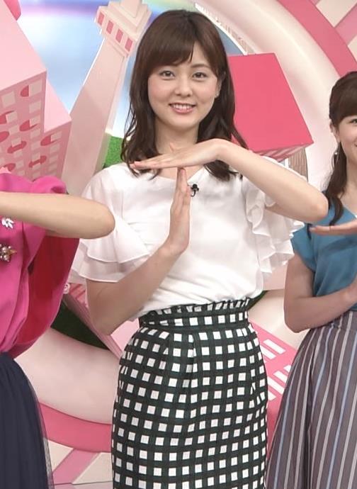 佐藤梨那アナ タイトなスカートできれいな脚のラインキャプ・エロ画像