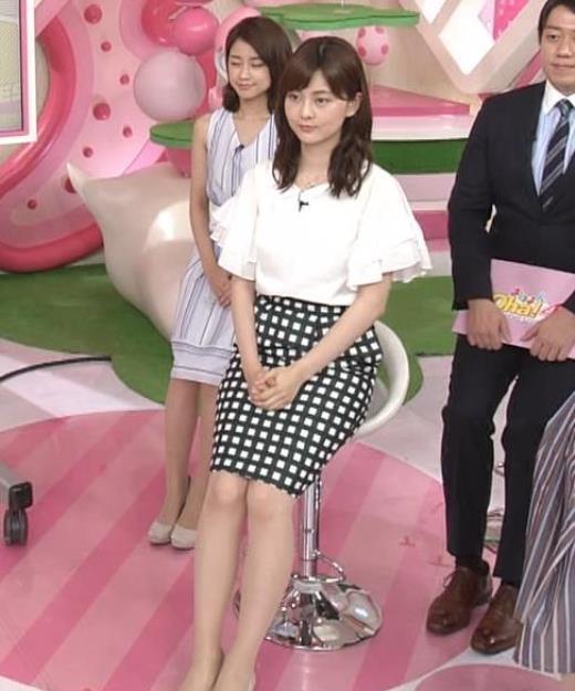 佐藤梨那 タイトなスカートできれいな脚のラインキャプ画像(エロ・アイコラ画像)