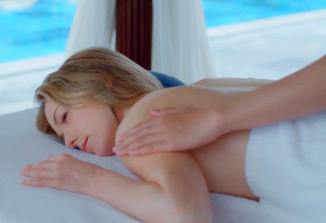 シャーロット・ケイト・フォックス 水着がエロ過ぎなCMキャプ・エロ画像3