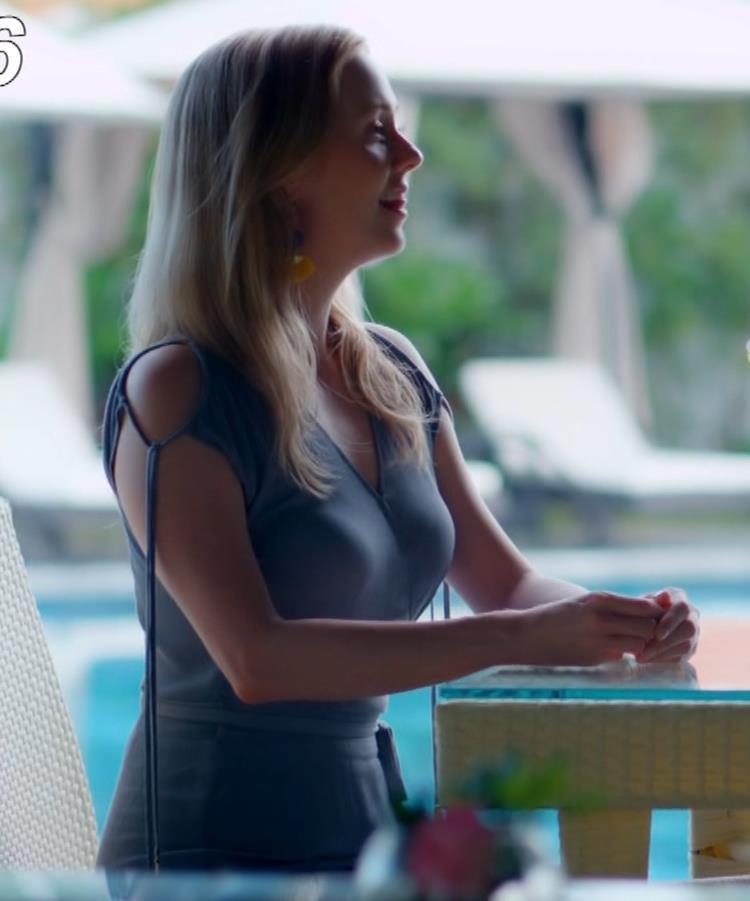 シャーロット・ケイト・フォックス 水着がエロ過ぎなCMキャプ・エロ画像9