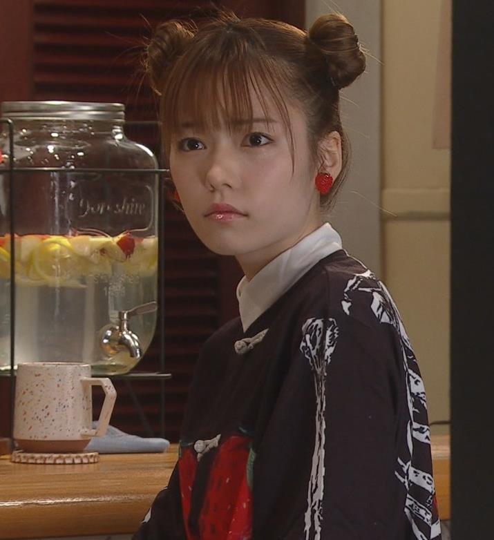 島崎遥香 短パン太もも美脚キャプ・エロ画像2