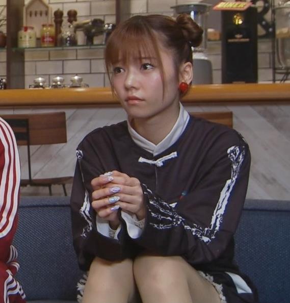 島崎遥香 短パン太もも美脚キャプ・エロ画像3