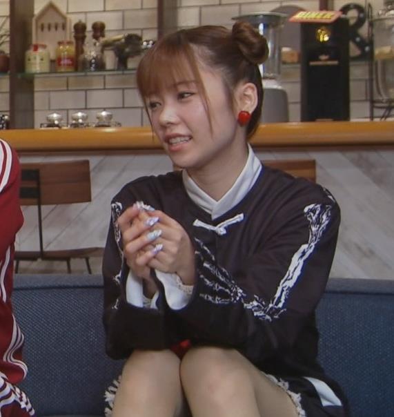 島崎遥香 短パン太もも美脚キャプ・エロ画像4