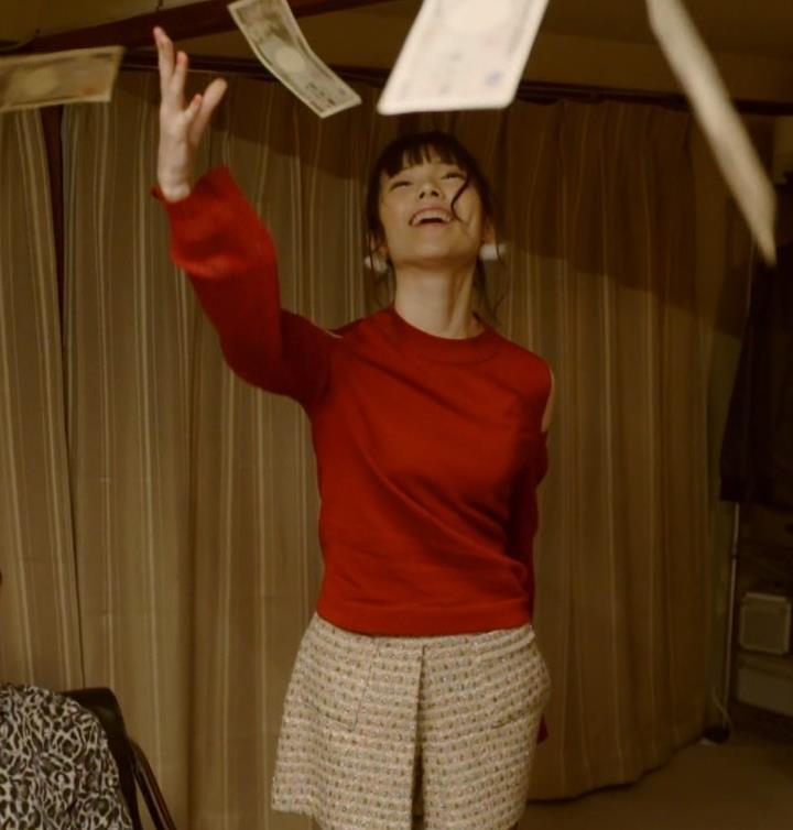 島崎遥香 男にキスして押し倒すシーンがエロいキャプ・エロ画像15