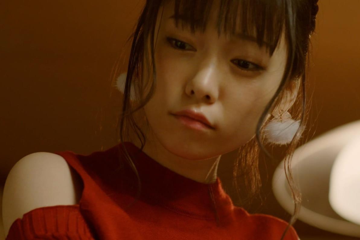 島崎遥香 男にキスして押し倒すシーンがエロいキャプ・エロ画像17