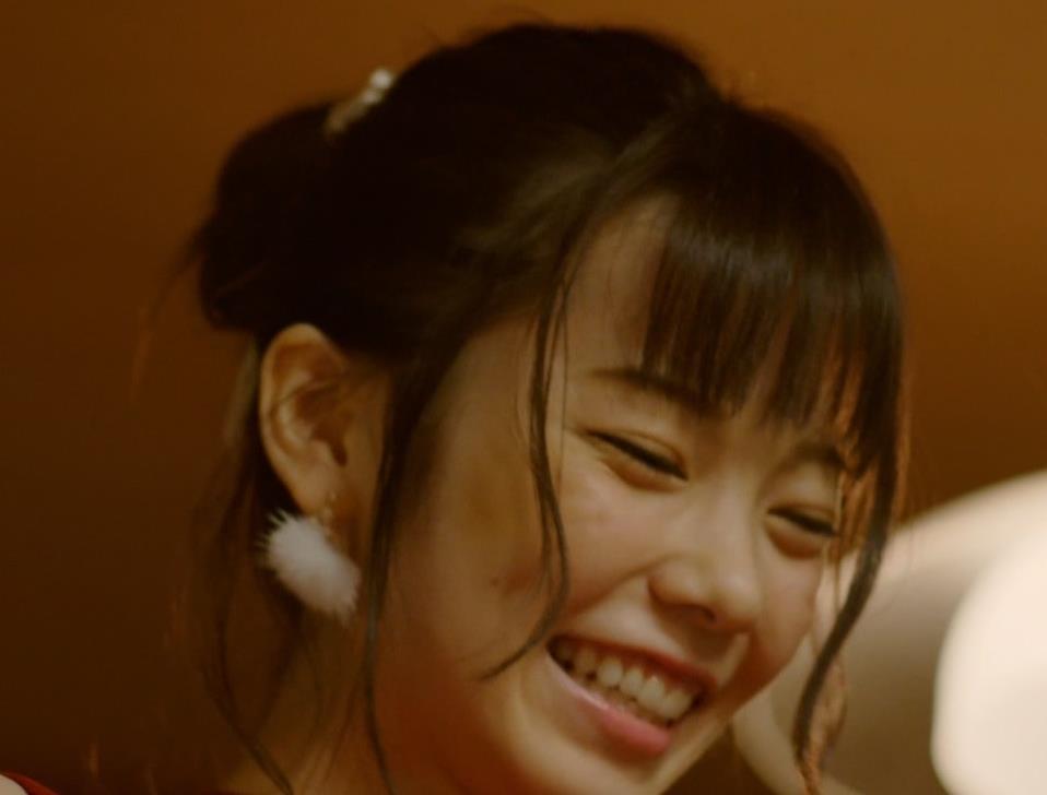 島崎遥香 男にキスして押し倒すシーンがエロいキャプ・エロ画像19
