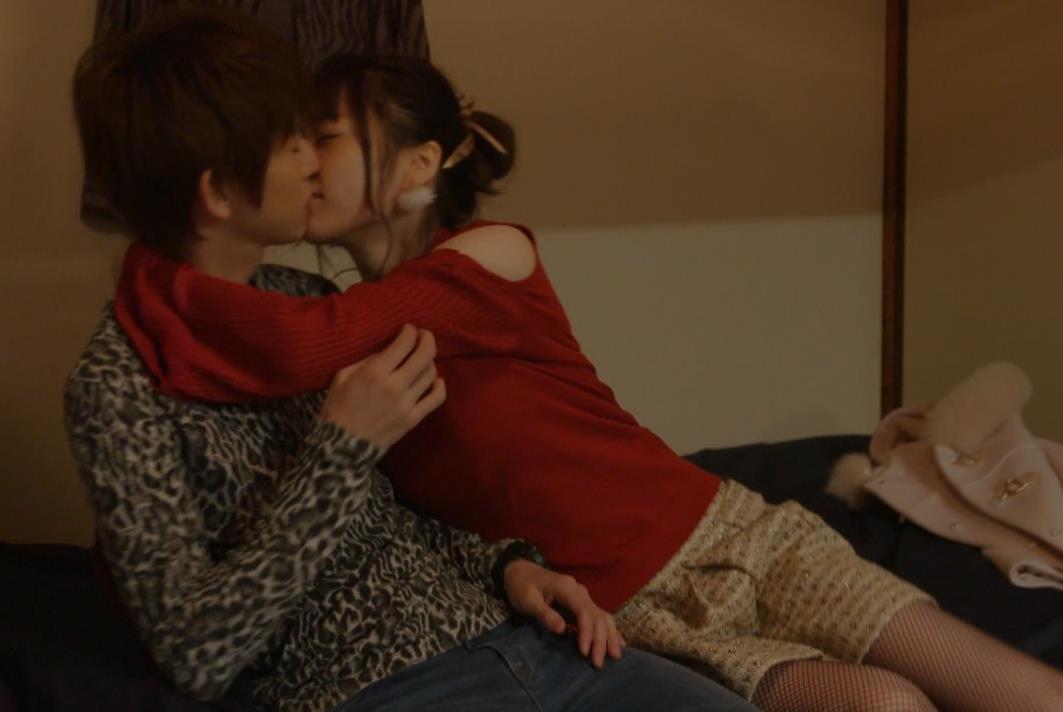島崎遥香 男にキスして押し倒すシーンがエロいキャプ・エロ画像4
