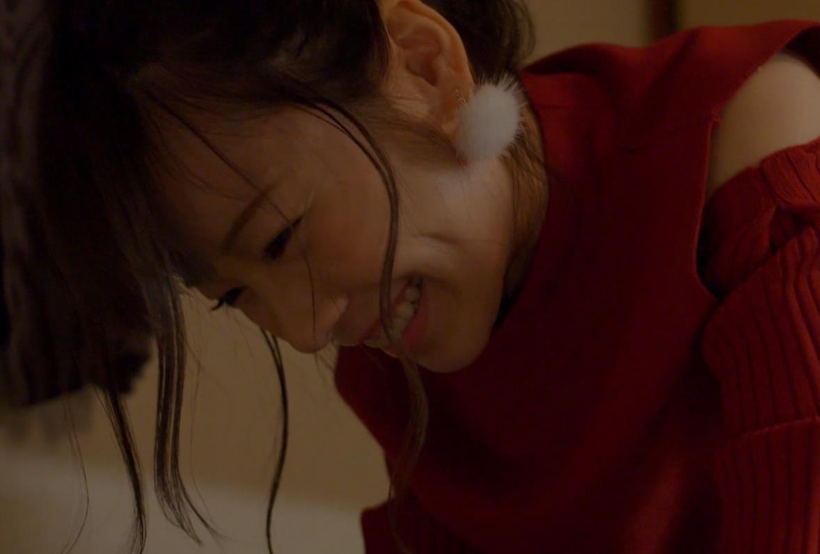 島崎遥香 男にキスして押し倒すシーンがエロいキャプ・エロ画像8
