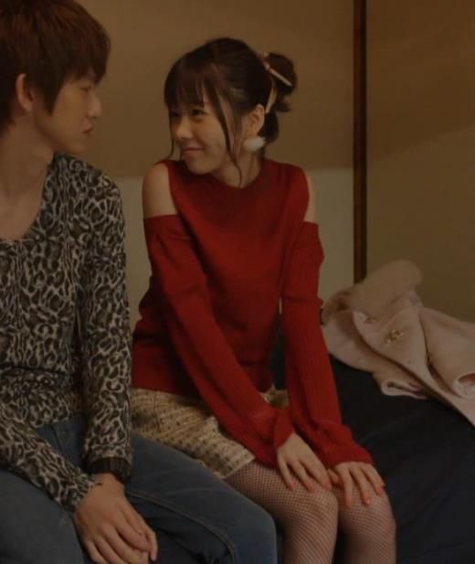 島崎遥香 男にキスして押し倒すシーンがエロいキャプ画像(エロ・アイコラ画像)