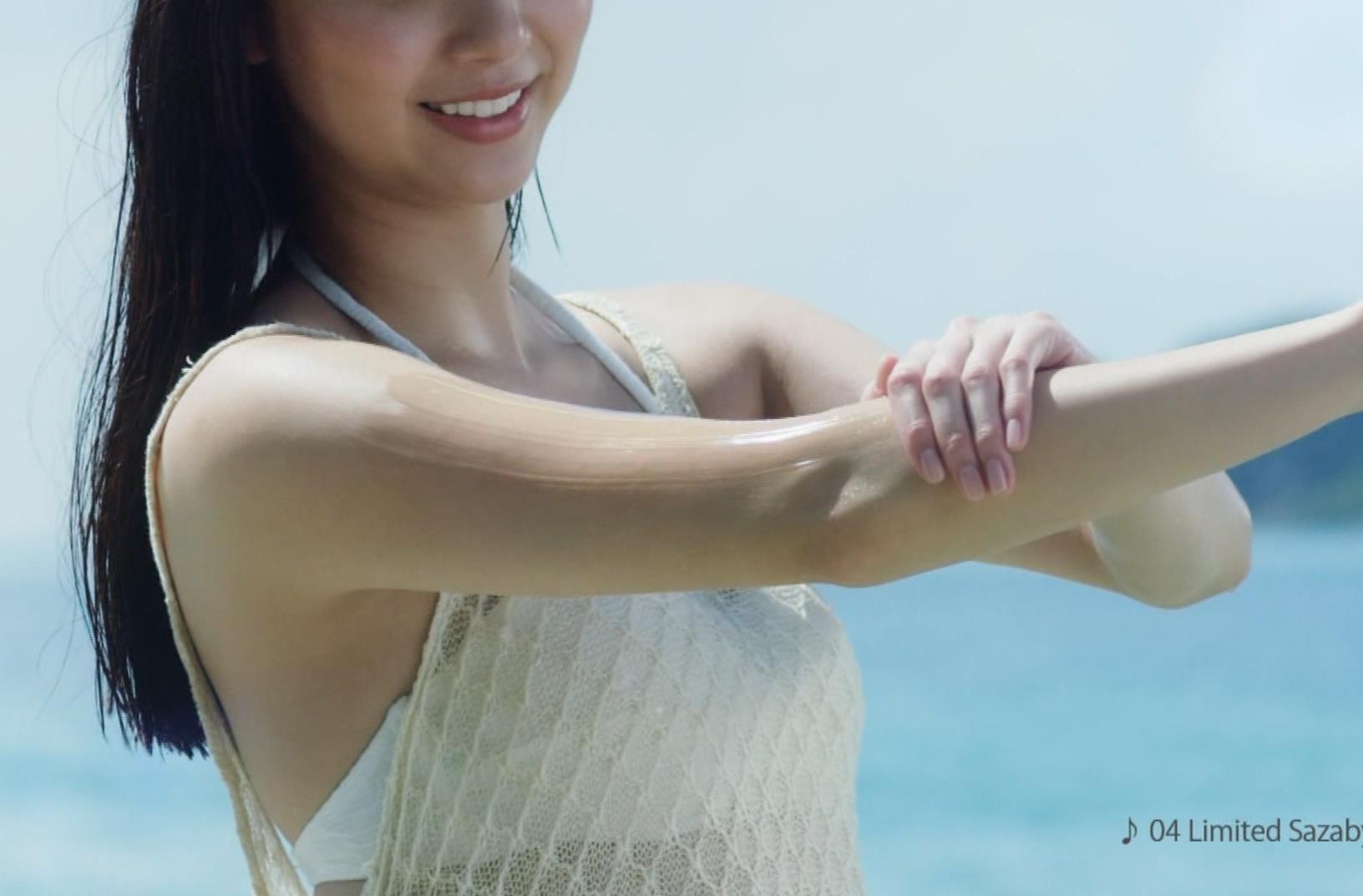 新川優愛 日焼け止めのCMの水着姿がエロいキャプ・エロ画像