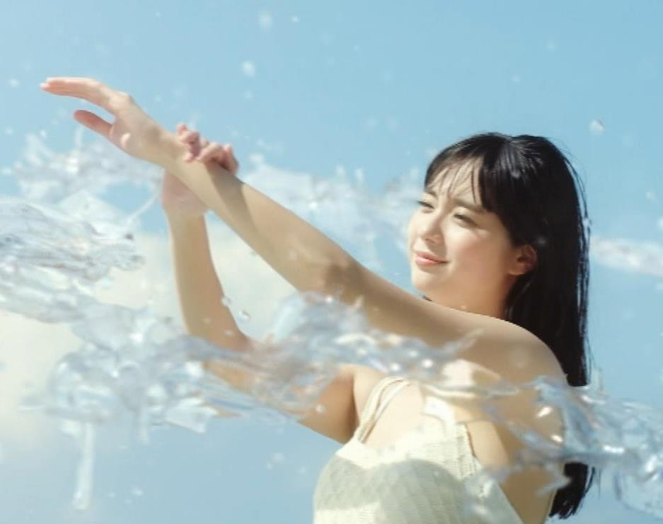 新川優愛 日焼け止めのCMの水着姿がエロいキャプ・エロ画像4