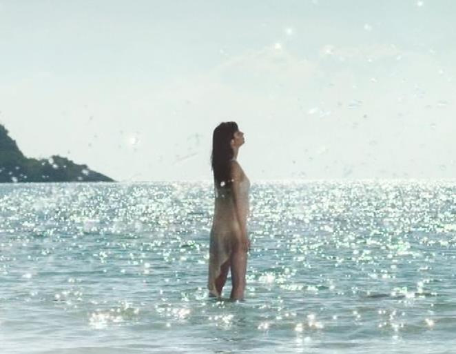 新川優愛 日焼け止めのCMの水着姿がエロいキャプ・エロ画像5