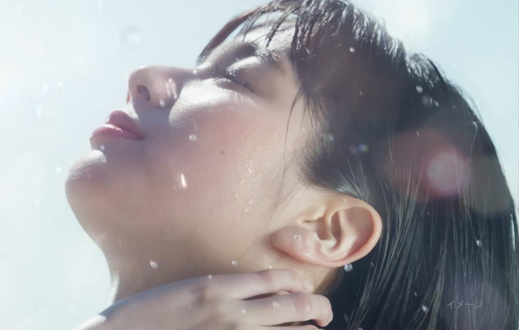 新川優愛 日焼け止めのCMの水着姿がエロいキャプ・エロ画像8