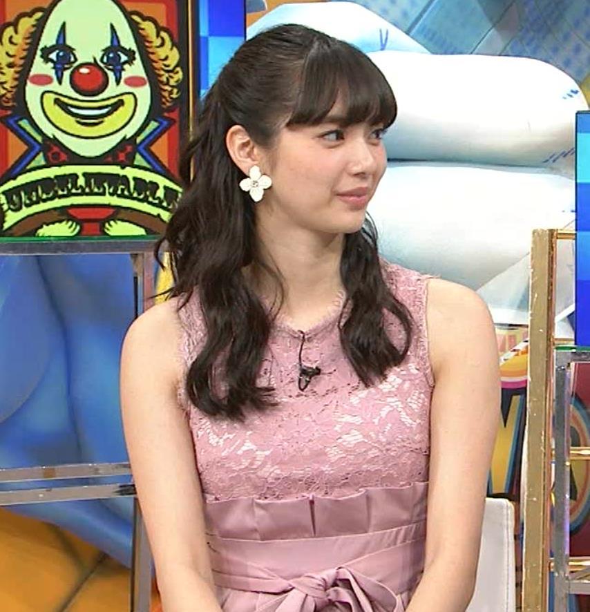 新川優愛 ノースリーブで乳が強調されたワンピースキャプ・エロ画像2