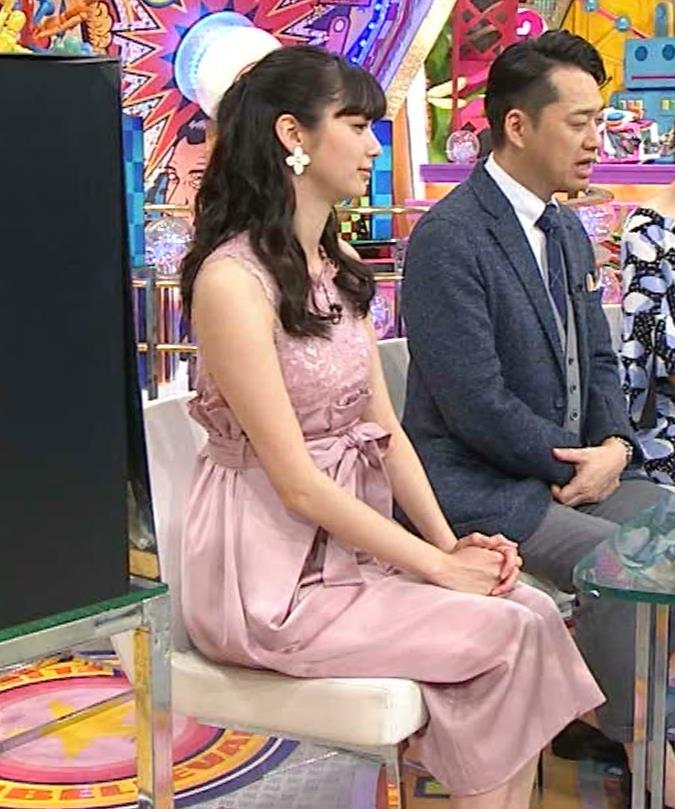 新川優愛 ノースリーブで乳が強調されたワンピースキャプ・エロ画像5