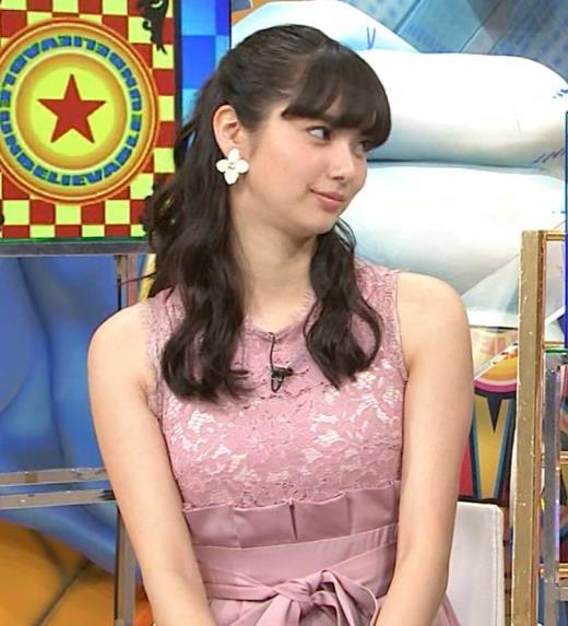 新川優愛 ノースリーブで乳が強調されたワンピースキャプ画像(エロ・アイコラ画像)