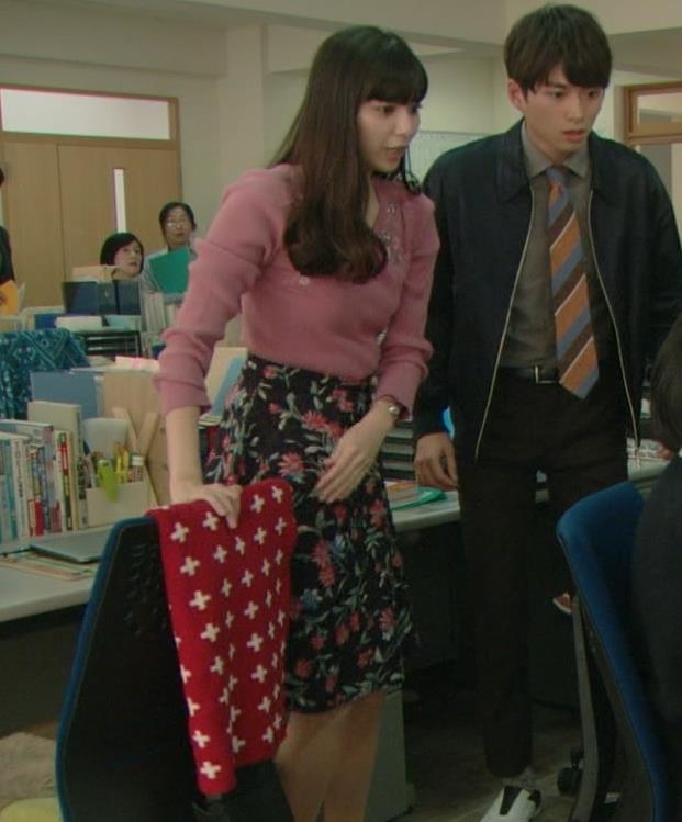 新川優愛 ニットおっぱい。だけど小さい。キャプ・エロ画像5