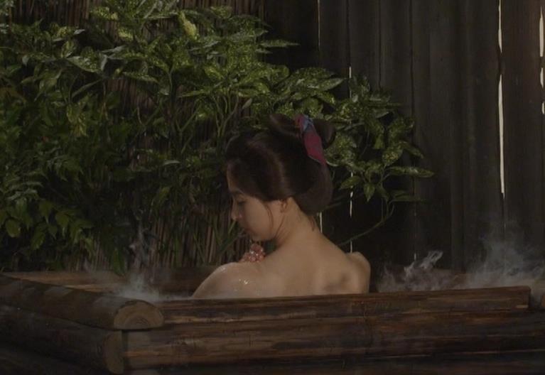 篠田麻里子 「水戸黄門」での入浴シーンキター!!キャプ・エロ画像2