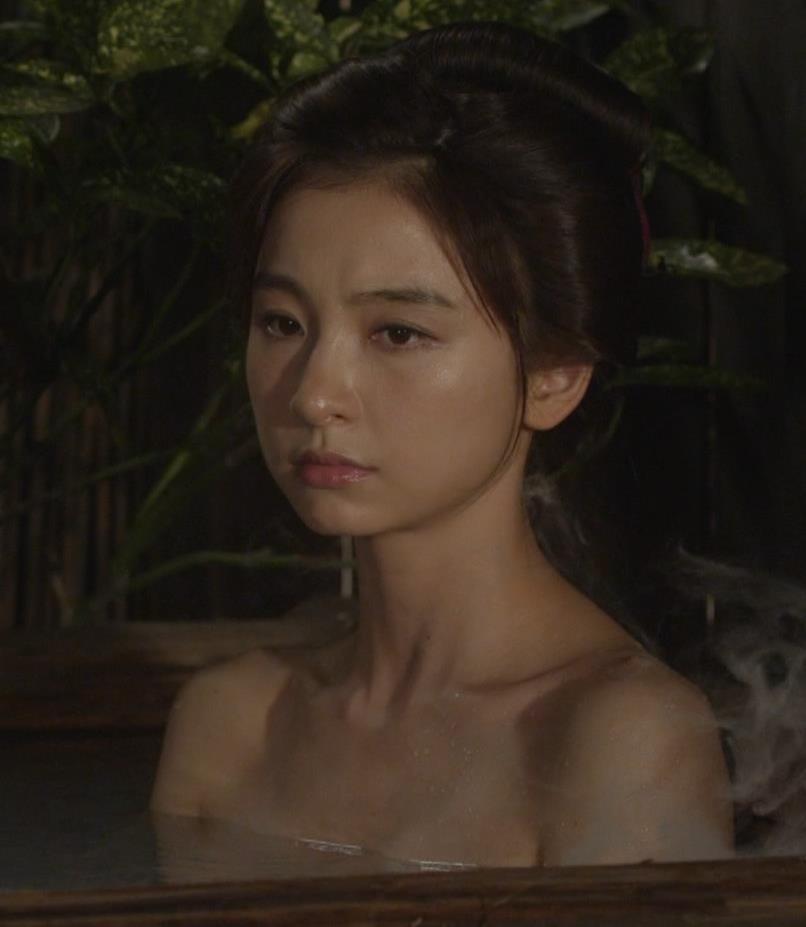 篠田麻里子 「水戸黄門」での入浴シーンキター!!キャプ・エロ画像5