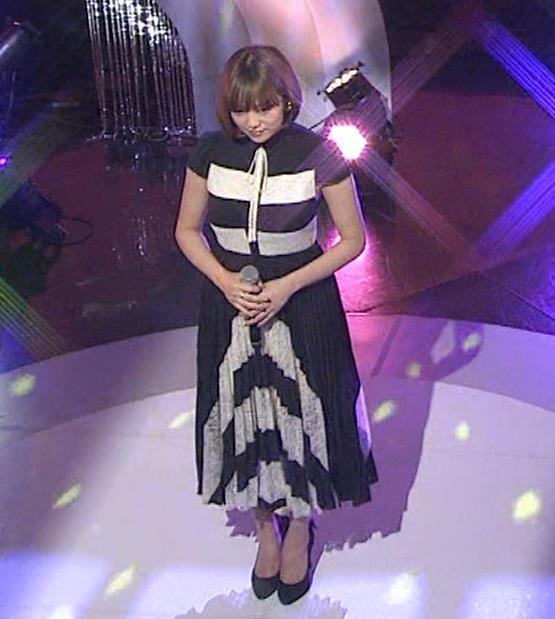 篠崎愛 着衣おっぱい&ワキ肉がエロいキャプ・エロ画像13