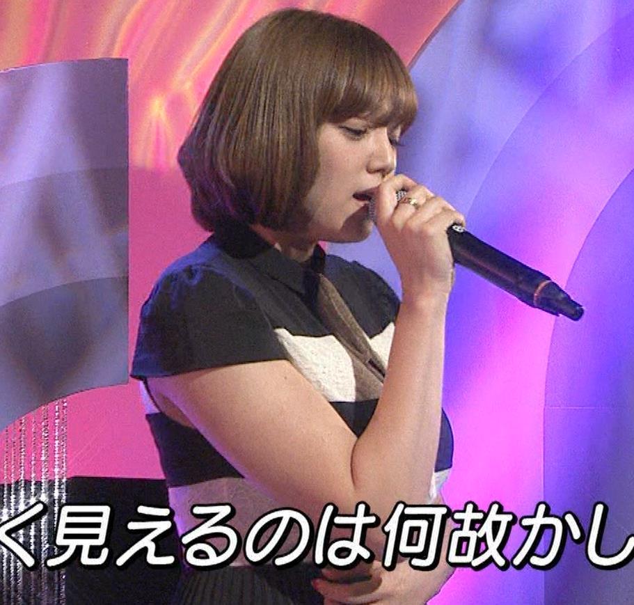 篠崎愛 着衣おっぱい&ワキ肉がエロいキャプ・エロ画像8