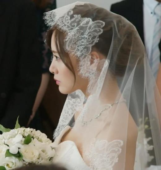 白石麻衣 ドラマでのウェディングドレスの隙間のおっぱいがエロいキャプ画像(エロ・アイコラ画像)