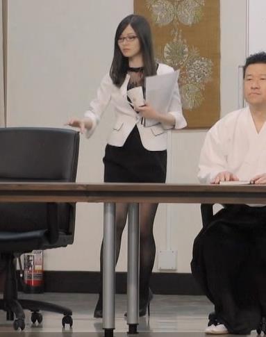 白石麻衣 エロ過ぎる黒ストッキングキャプ・エロ画像4