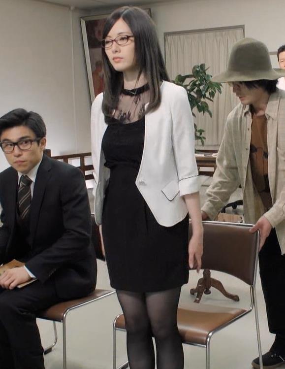 白石麻衣 エロ過ぎる黒ストッキングキャプ・エロ画像8