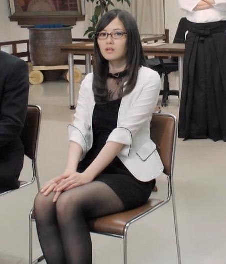 白石麻衣 エロ過ぎる黒ストッキングキャプ・エロ画像10