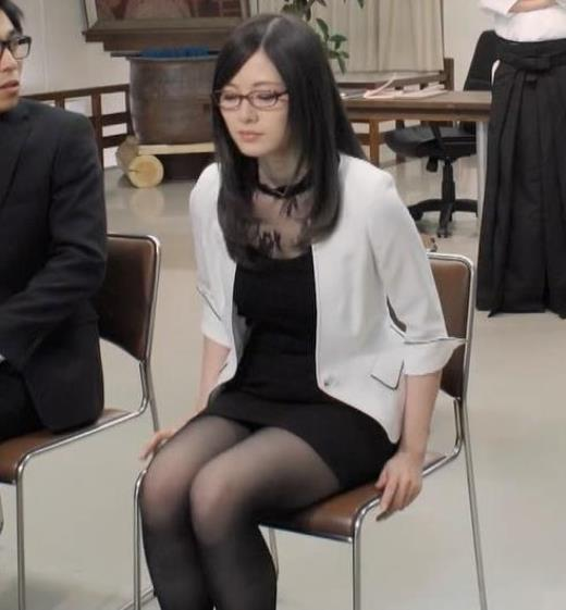 白石麻衣 エロ過ぎる黒ストッキングキャプ画像(エロ・アイコラ画像)
