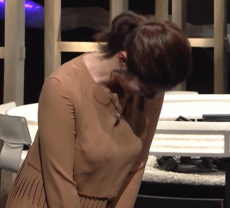 杉浦友紀アナ むぎゅうっとおっぱいをつぶし続けるGIF動画キャプ・エロ画像2