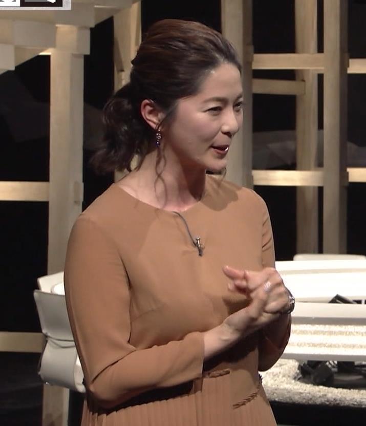 杉浦友紀アナ むぎゅうっとおっぱいをつぶし続けるGIF動画キャプ・エロ画像5