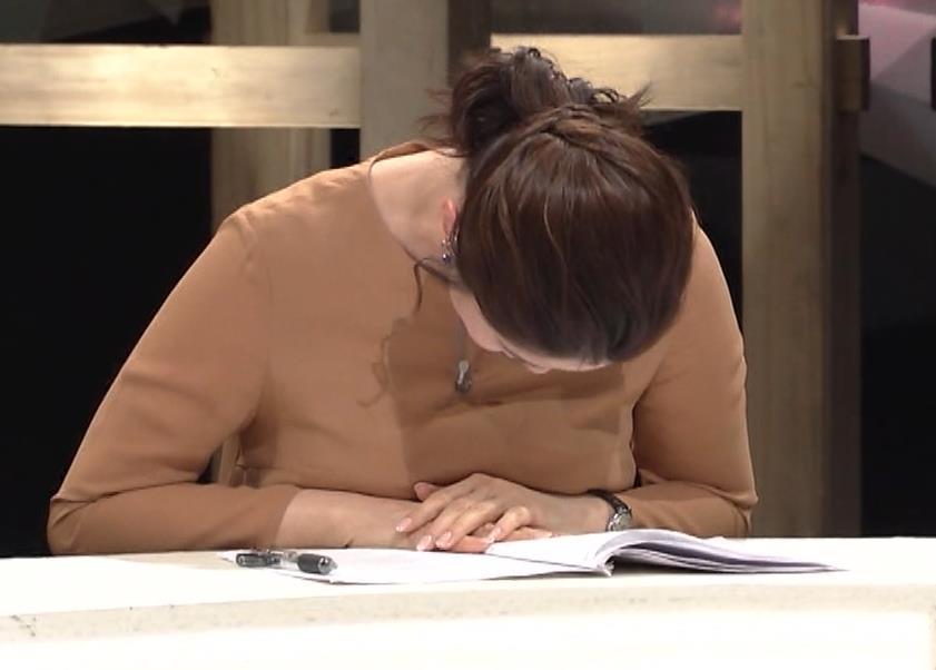 杉浦友紀アナ むぎゅうっとおっぱいをつぶし続けるGIF動画キャプ・エロ画像10