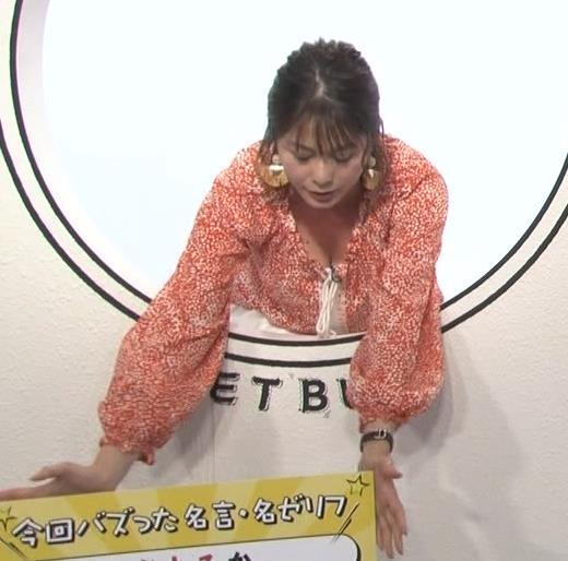 杉浦友紀アナ 胸の谷間チラキターーーー!!!GIFありキャプ・エロ画像4