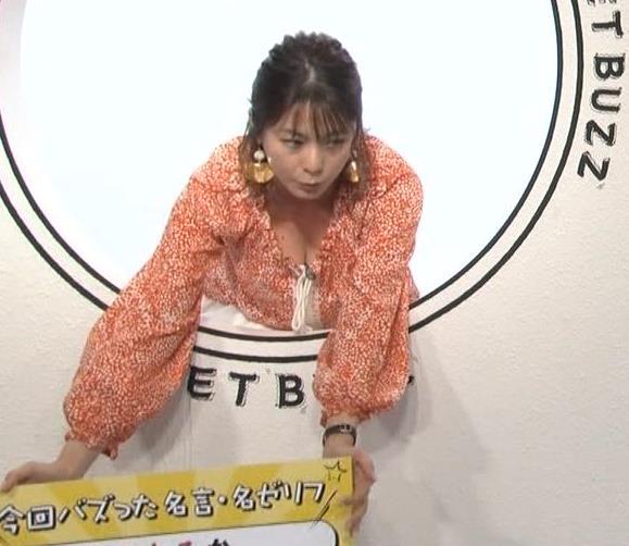 杉浦友紀アナ 胸の谷間チラキターーーー!!!GIFありキャプ・エロ画像5